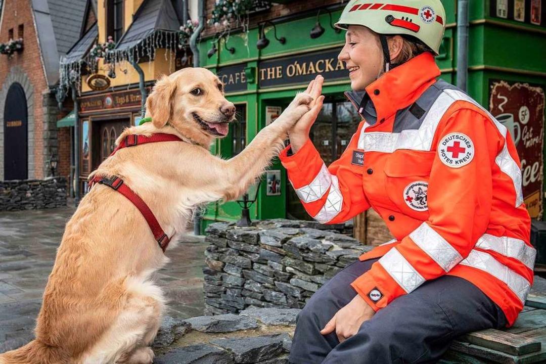 Stephanie Walther mit Hund Malou nach erfolgreichem Training.    Foto: Bernhard Rein