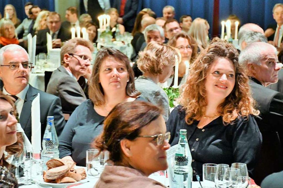 Die Gäste genießen die kulinarisch-musikalische Gala im Burghof.    Foto: Barbara Ruda