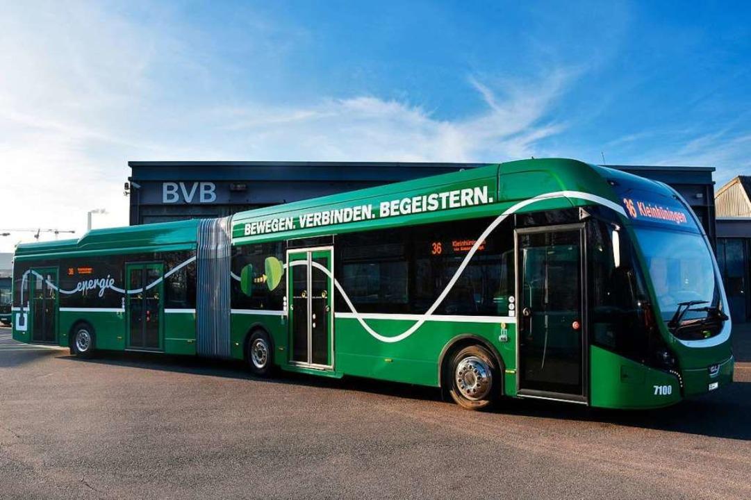 Der erste E-Gelenkbus der BVB trägt die Batteriemodule im Dach.  | Foto: BVB