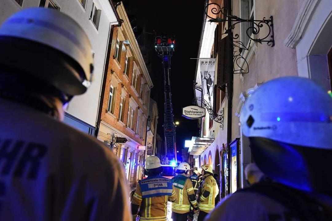Fast 60 Feuerwehrleute bekämpften den Brand in der engen Schusterstraße.   | Foto: Rita Eggstein