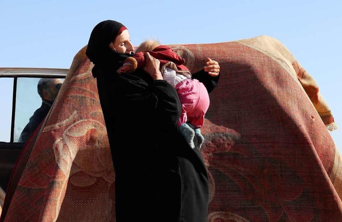 Frauen des IS flüchten  durch die Wüst...h die Deutsche Leonora mit ihrem Kind.  | Foto: DELIL SOULEIMAN / afp
