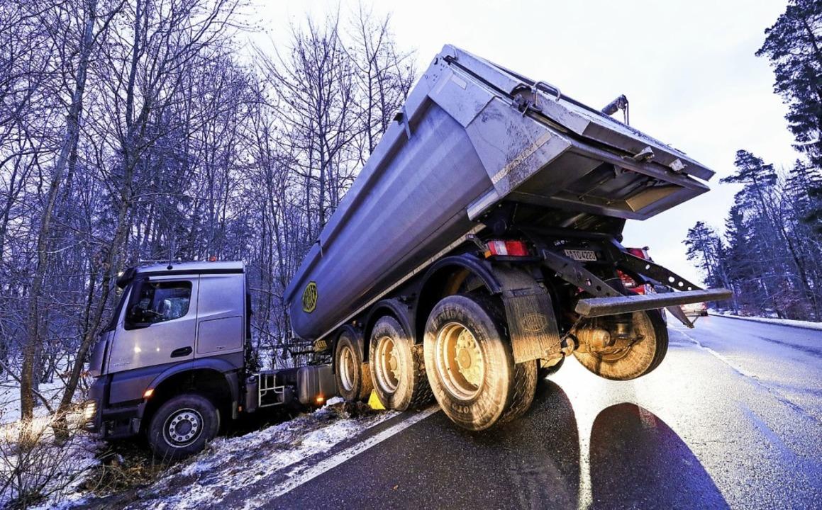 Glatt von der Fahrbahn gerutscht ist dieser Lkw.   | Foto: dpa