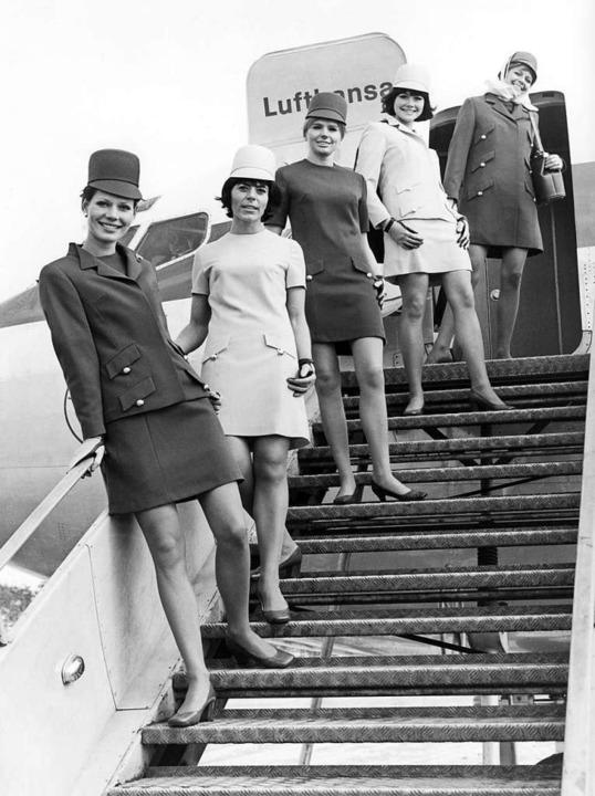 Eine Gruppe Stewadessen der Deutschen ...iner Gangway in ihren neuen Uniformen.  | Foto: dpa