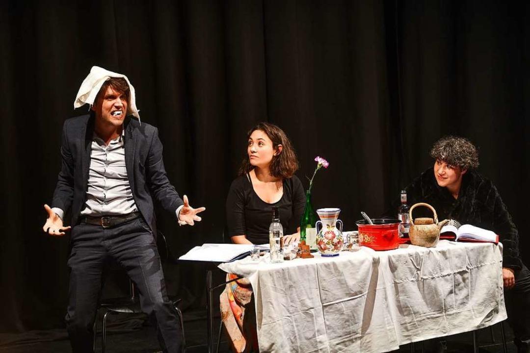 Szene aus der Charms-Lesung mit  Kolja...la Britt und Laura Huonker (von links)  | Foto: Juri Junkov