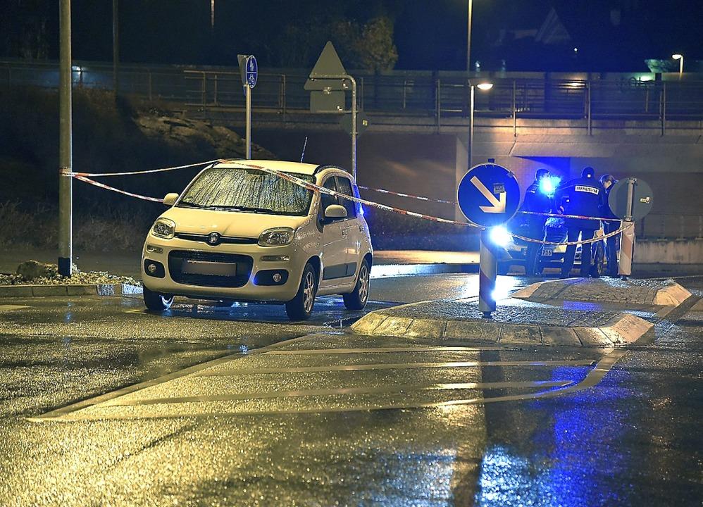 Die Polizei untersucht am Montagabend den Tatort.  | Foto: Martin Eckert