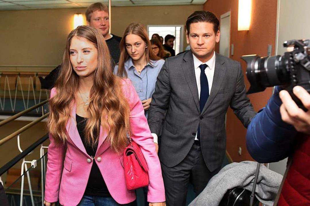 Cathy Hummels (l) und ihr Anwalt Chris...edia-Plattform Instagram verantworten.  | Foto: dpa