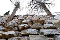Warum eine Steinwand in Herdern seit einem halben Jahr Probleme macht