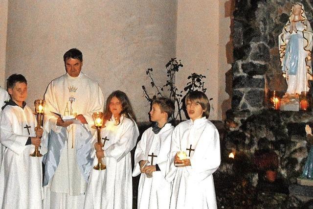 Mit brennenden Kerzen zur Lourdes-Grotte