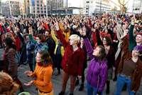 Mehr als 500 Menschen tanzen gegen Gewalt an Frauen in Freiburg