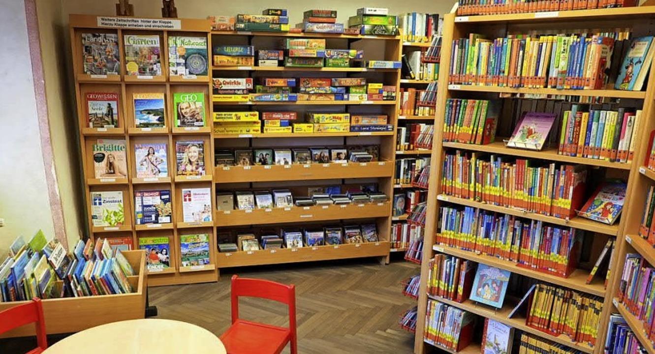 Zeitschriften, Spiele, DVDs, Hörbücher...hören zum Medienbestand der Bücherei.   | Foto: Jutta Geiger