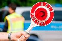 Alfa Romeo-Fahrer flüchtet vor Polizeikontrolle und kracht in eine Hauswand