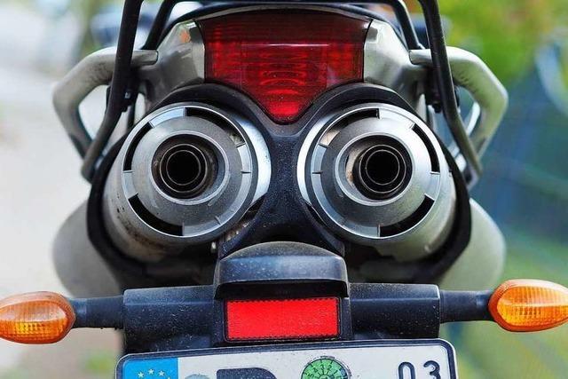Frau stürzt, weil Motorradfahrer zu schnell durch Herbolzheim fährt