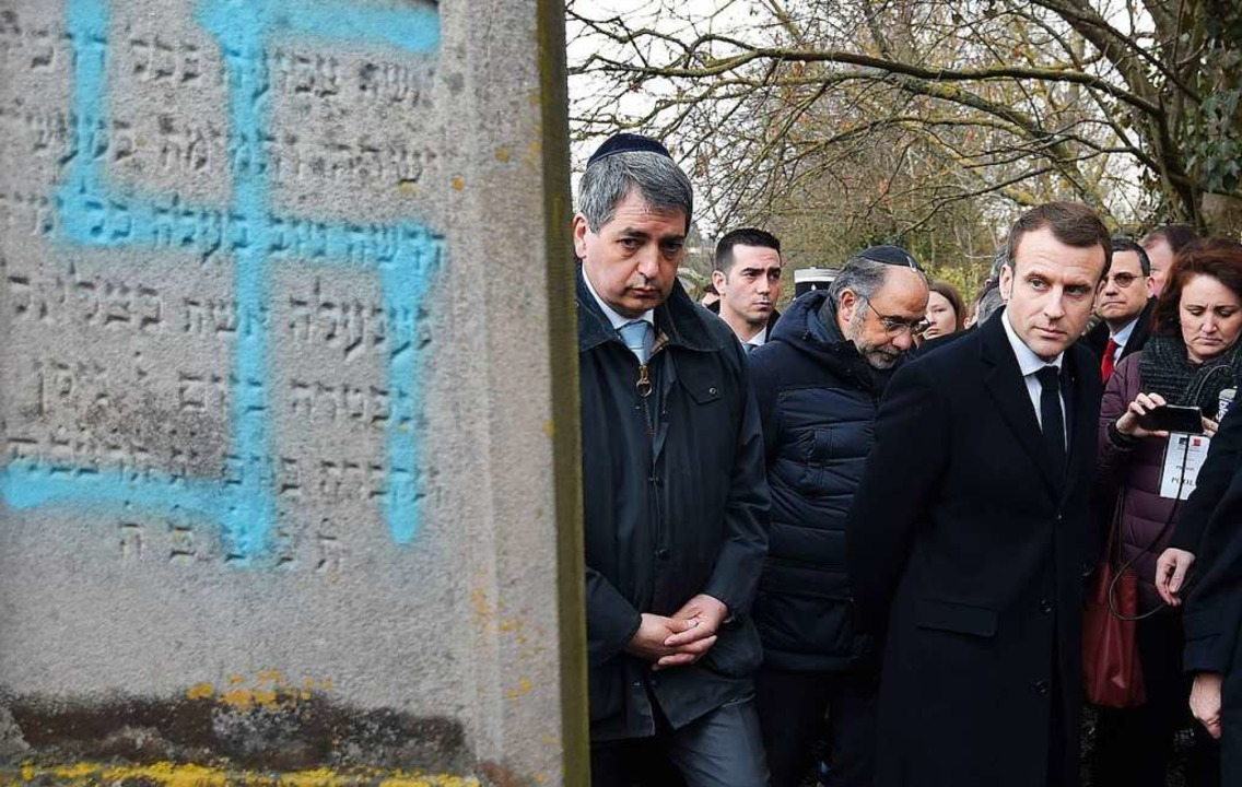 Frankreichs Präsident Emmanuel Macron ...n jüdischen Friedhof von Quatzenheim.   | Foto: AFP