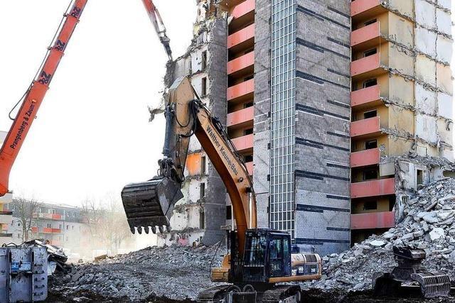 XXL-Bagger zerlegt 38-Meter-Hochhaus in Freiburg