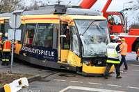 Straßenbahn rammt Sattelzug in Karlsruhe – 17 Verletzte