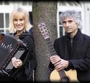 Rhythmische Chansons in der Bürgerscheune Gottenheim mit dem Duo Gypsy Note