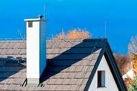 Gesuchter Mann versteckt sich auf einem Hausdach vor der Polizei