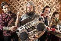 The Shabs und Artemio spielen Folkpunk im Eimer
