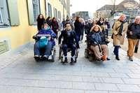Freiburgs OB Martin Horn prüft Barrierefreiheit im Praxistest
