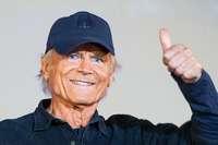 Strahlend blaue Augen und ein schelmisches Lächeln mit einigen Runzeln: Terence Hill wird 80