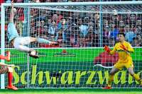 SC-Keeper Schwolow hält Sportclub gegen die Bayern im Spiel