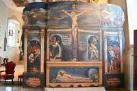 Eine historische Bildwand in der Söldener Kirche erinnert an die Leiden Christi