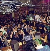 Fröhlichs Kneipenclub lädt zum Älternabend mit Musik aus den 80ern und 90ern