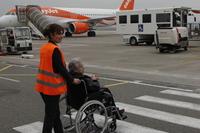 Mit dem Rollstuhl aufs Rollfeld: Euroairport hilft Menschen, die nicht gut laufen können