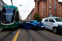 Auto kollidiert in Basel mit Tram