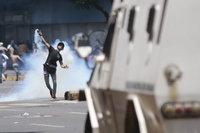 Gepanzertes Fahrzeug überrollt Demonstranten in Caracas