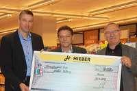 Die Firma Hieber übergibt 50.000 Euro an das Kuratorium der Hieber-Stiftung
