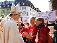 Hunderte Katholikinnen demonstrieren für Zulassung von Frauen zum Priesteramt