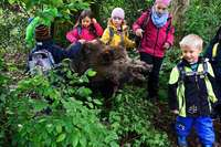 Kindergartenkinder wagen sich mit Jägern zu den Tieren