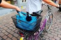 Rollerfahrer stiehlt Frau in Lörrach die Handtasche aus dem Fahrradkorb
