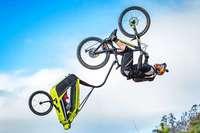 Mountainbiker springt Salto mit einem Fahrradanhänger aus Gundelfingen