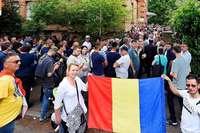 Hunderte Rumänen warten in der Freiburger Wiehre darauf, wählen zu können