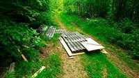 Platten mit möglichem Asbest im Wald entsorgt