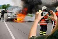 Polizei will Gaffern, die Unfälle filmen, das Handy wegnehmen