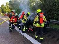 Fahrzeug brennt bei Teningen aus – Feuerwehr muss Kinder betreuen