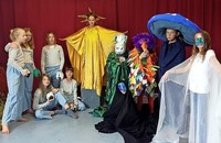 """Die Phantasie lebt: Kinder der Freien Schule Dreisamtal beweisen dies in ihrem Theaterstück """"Die blaue Botschaft"""""""