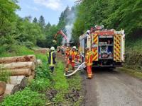 Fahrer wird bei Brand von Langholzwagen leicht verletzt