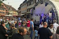Freunde von Wein und Musik bevölkern Staufens Altstadt