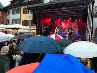 Beim Wein und Musik in Staufen tanzten am Ende die Regenschirme