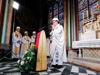 Erste Messe in Pariser Notre-Dame findet mit Schutzhelmen statt