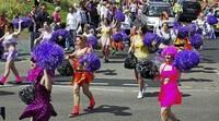 Karneval-Parade mitten im Sommer