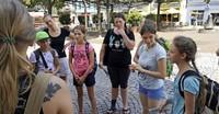 Mädchen die Stadt und deren Angebot näher gebracht