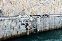 Leeres Tankschiff prallt in Basel gegen Mauer