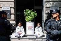 Züricher Polizei nimmt 64 Klimaaktivisten nach Blockade großer Banken fest