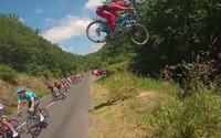 Video: Junger Mountainbiker springt über die Tour de France