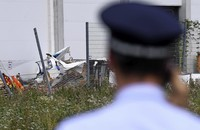 Kleinflugzeug stürzt auf Baumarkt